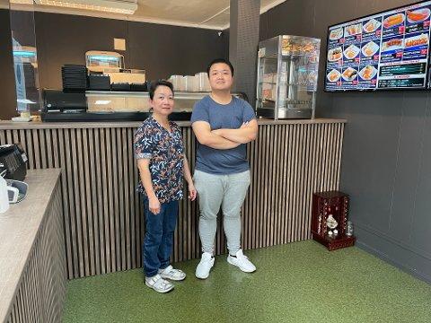 PUSSET OPP: Den familiedrevende restauranten Saigon Sushi i Mjøndalen har brukt sommerferien sin på oppussing. Nå har de modernisert seg og venter på å lansere en populær nyhet. Eier og driver av Saigon sushi, Thuy Hang Thi Nguyen, og sønn og ekstrahjelp, Duy Minh, er fornøyde med resultatet.