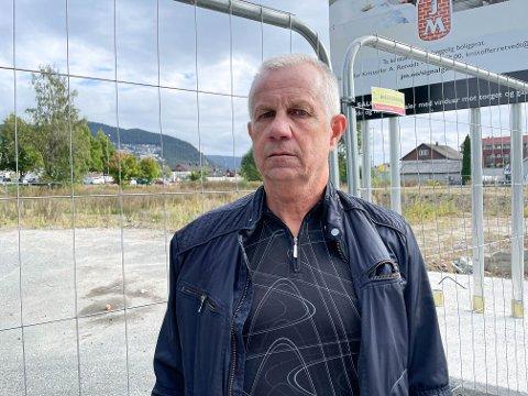 KRITISK: Bjarne Sundby er misfornøyd med hvordan tomta til de kommende 100 leilighetene i Arbeidergata i Mjøndalen ser ut.