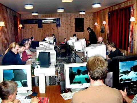 Datakrig på Flateby samfunnshus: Samlingene startet i garasjen til Terje Taraldset for et års tid siden men interessen ble så stor at de trengte større lokale.