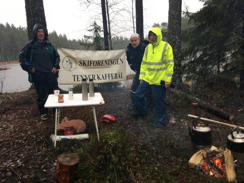 Ved Slorene 11. november i regnvær. Bjørn Smedsrud, Frank Bergstrøm og Ole Larmerud venter på kaffegjestene.
