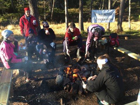 Skiforeningen lager kos rundt kaffebålene på nye, flotte sittebenker 18. november.