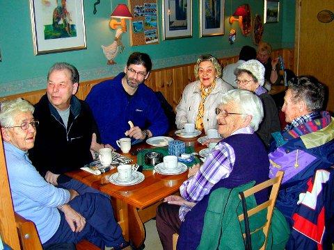 Pensjonister samles på konditoriet i Ytre hver fredag. Fra venstre rundt bordet: Bjørg Alfhei, Walter Svarthol, Kai Svarthol, Ellen Sterner, Solveig Kjensli, Birger Sterner og Marit Johansen.
