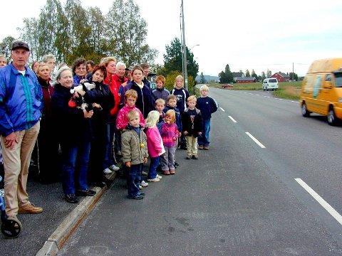 Rundt 50 beboere i området rundt Gjestangsletta på Flateby møtte opp for å fremføre kravet om gang- og sykkelvei.