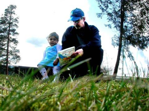 To år gamle Ira er inntil videre mest opptatt av om Rimi er på kartet. – Barn fra 4-5-års alderen kan fint være med på turorientering sammen med foreldrene, sier Erling Rost. Den 2. mai avholder o-gruppa «Åpen O-dag» på Drivplassen. Da kan interesserte lære seg litt om kart og kompass. Tur-orienteringsposer vil også være å få kjøpt ved arrangementet.