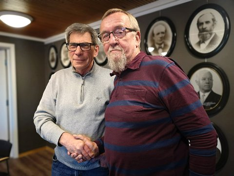 Tidligere LO-leder, Yngve Haagensen (til høyre) skal lede folkemøtet på Ignarbakke 9. mai. Her er han sammen med president i Enebakk Rotaryklubb, Ole Larmerud.