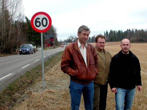 Ottar Berg (f.v.), Harald Olsen og Kenneth Solberg er fornøyde med å ha fått 60-sone, men mener den godt kunne ha blitt forlenget noen hundre meter til i retning Kirkebygda, forbi innkjøringen til Skøyenveien.