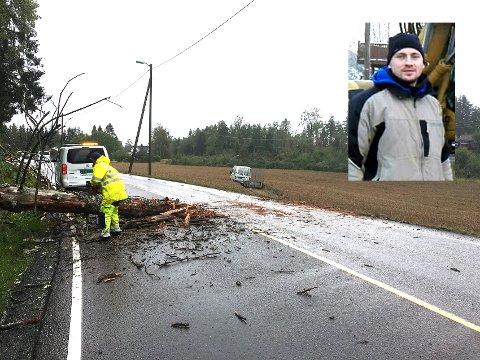 Andrzej Dziewa kom kjørende akkurat i det det råtne treet ramlet over Fylkesvei 120 på Flateby lørdag. - Bra ingen gikk langs veien, sier han.