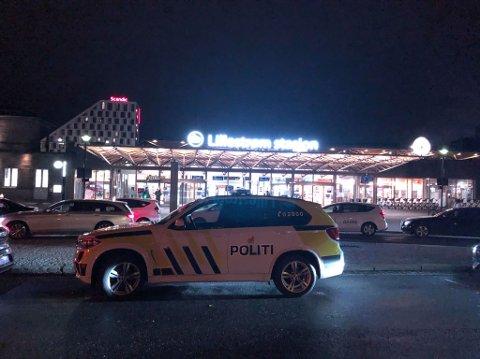 Politiet utenfor Lillestrøm stasjon fredag kveld. Foto: Pia Fredriksen