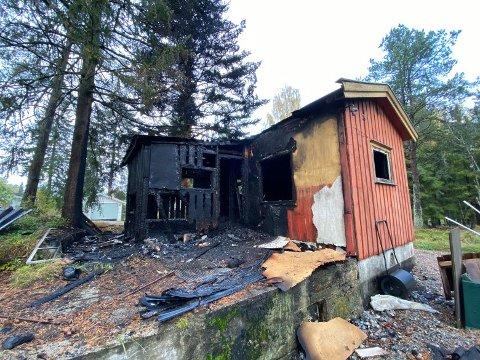 TOTALSKADET: Hytta ble totalskadet i brannen.