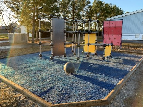 Uteområdene ved kommunens skoler og barnehager blir nå stengt.