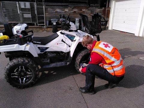 Korpsleder Martin Tiltnes sjekker lufttrykket i ATV-en.  Utstyret er klart til påskeberedskap.
