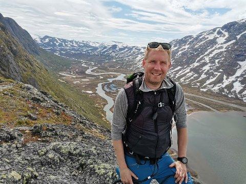 TIL FJELLS: Kristoffer Woxvold (41) håper at sønnen vil bli bitt av frilufslivsbasillen etter de har vært på guttetur i Femundsmarka. Her på toppen av Knutshøa.