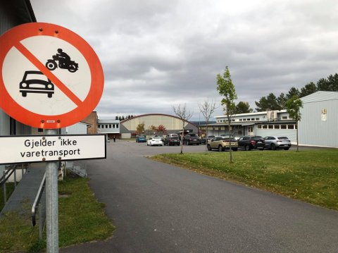 Mange parkerer eller kjører ulovlig på skolegården til Stranden skole.