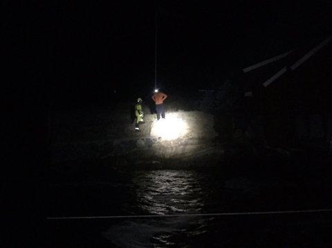 En seilbåt fikk trøbbel sent torsdag kveld. Etter obersverasjon av nødbluss ble det slått alarm.