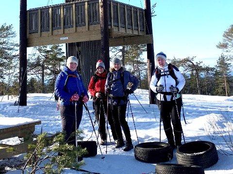 Veslemøy Thorbjørnsen, Tone Aglen, Linda Størdal og Marianne Thoresen slepte med seg hvert sitt bildekk opp til utkikkstårnet på Mjærskaukollen.