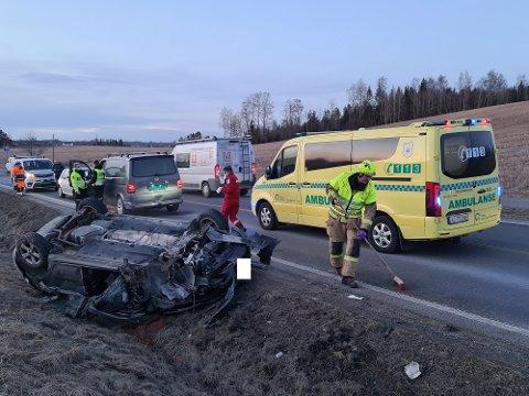 ULYKKE: Én bil havnet på taket etter en trafikkulykke mandag ettermiddag.