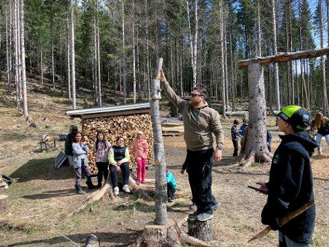 Lærer Lars Peter imponerer, både som lærer og kubbestabler.