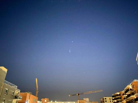 LYSGLIMT: Det som skal være en meteor lyste opp himmelen natt til søndag. Dette bildet er tatt i Lørenskog. Foto: Privat