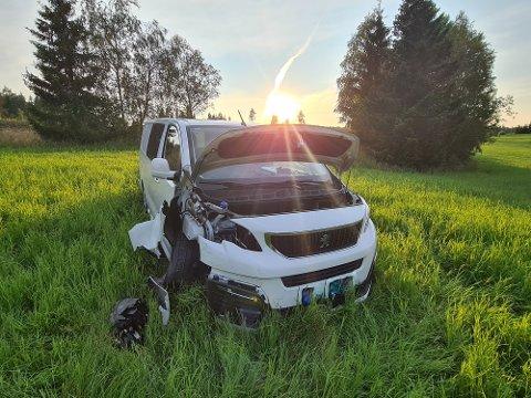 Her langt ute på et jorde, 30-50 meter fra asfalten stoppet bilen. Føreren var borte da politiet ankom stedet.