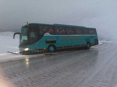 I grøfta: Denne finske turistbussen har gått ut i den slakke svingen før Gjesværkrysset. FOTO: Fp-tipser