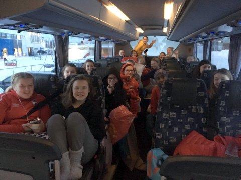 God stemning i bussen: Bussen med håndballspillere, trener og reiseledere startet fra Honningsvåg klokken 8.45 og de håper på å være fremme til klokken 19 i kveld. FOTO: Trine Rønning Karlsen