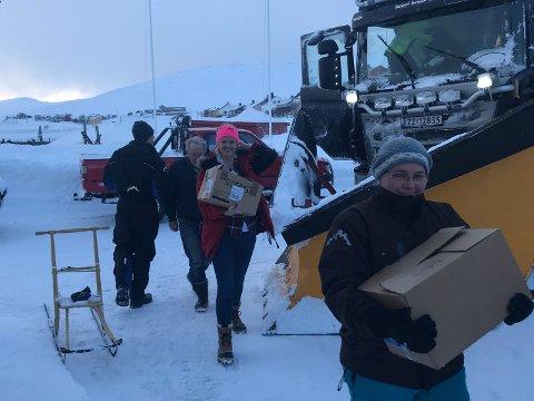 HANDLETUR: Elisabeth Jensen Dillon (i midten) fikk skyss av Gjesvær Maskin og Transport for å handle til hele den isolerte bygda.