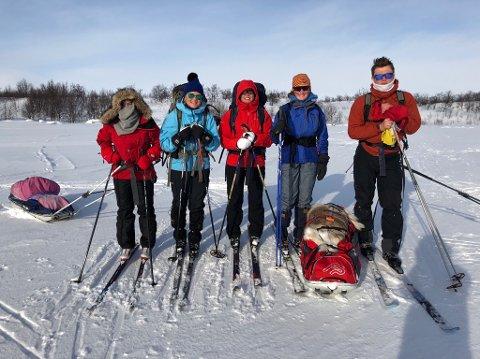Ut på tur: Caroline Simonsen, Ann Kristin Pettersen, Silje Olsen, Gustav Olsen, Mathilde Kristiansen og Susanne Kvingedal startet påsken med å gå ni mil på ski. FOTO: Privat