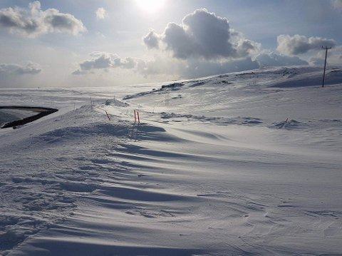 Det er mye snø på veiene. Her fra området ved Repvågstranda.