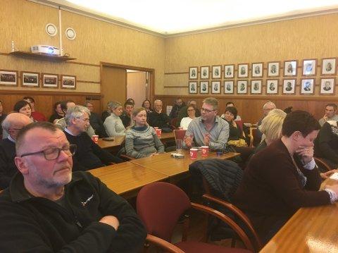 Godt oppmøte: Det var rundt femti personer som hadde funnet veien til rådhussalen i kveld når Arbeiderpartiet inviterte til debatt.