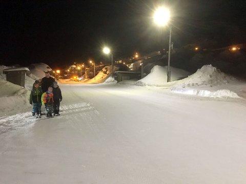 Farlig kryss: Like før påske var det nesten at en åtteåring ble påkjørt her. Man har i flere år etterlyst skilting, nedsatt fartsgrense og fotgjengerfelt, men ingenting skjer. Nå vil trafikksikkerhetsforumet i Finnmark Fylkeskommune se på saken.