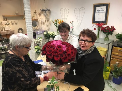 Alle i arbeid: Her jobber de med å få satt sammen den gigantiske buketten med roser.