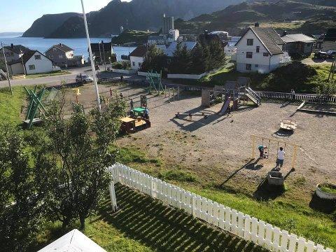 MALINGSTRØK: En dugnadsgjeng på ti-elleve personer startet jobben med å male Storbukt lekeplass tirsdag ettermiddag. Odd Erling Vollan, som tok initiativ til oppussingen, syns det er synd at andre lekeplasser i kommunen forfaller.