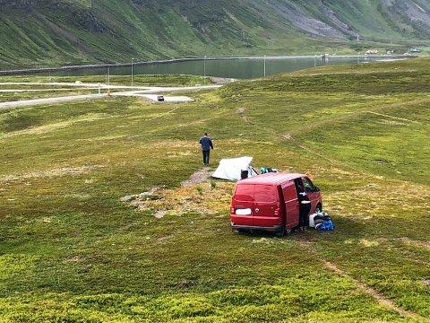Her har de tyske turistene kjørt et godt stykke ut i naturen for å campe. Dette er i følge miljødirektoratet straffbart.
