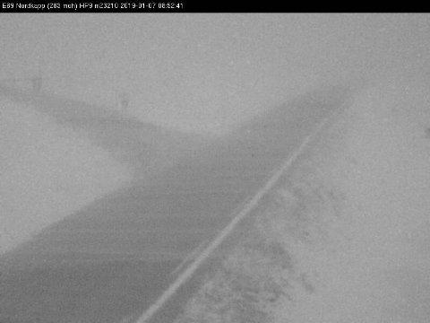 FRISKT: Slik ser det ut langs E69 et lite stykke fra Nordkapp mandag morgen.