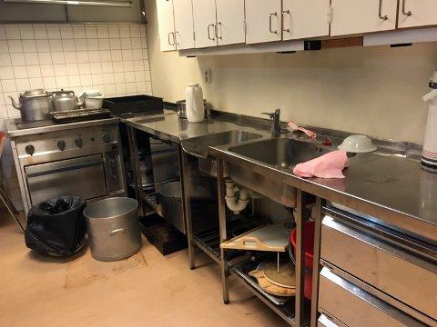 Kjøkkenet på Grendehuset er utdatert og oppbrukt. Her er det utstyr som er så gammelt at det ikke lenger har noen bruksverdi.