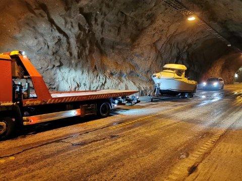 En henger med båt har mistet ene hjulet i Honningsvågtunnelen.