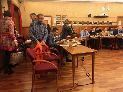 Forlater kommunestyret: Høyres og APs kommunestyrerepresentanter forlot kommunestyremøtet i protest.