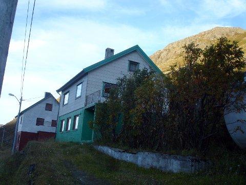 FØR: Hele oppkjøringen til huset er gravd bort. Nå varsler huseier forsinkelsesrenter på kompensasjon fra Nordkapp kommune.