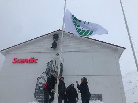De ansatte kunne heise Svanemerke-flagget utenfor Scandic Bryggen fredag ettermiddag.