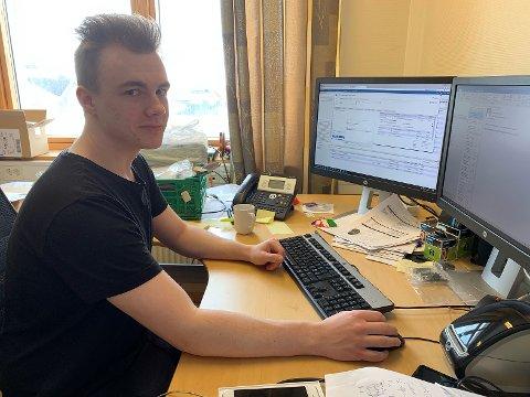 IT-LÆRLING: Marius Radem (18) fra Alta er lærling i Nordkapp kommune.