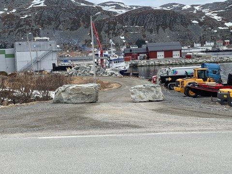 Uteseksjonen i Lebesby kommune har nå satt opp kantstein for å sperre av det som skal være gang- og sykkelvei.