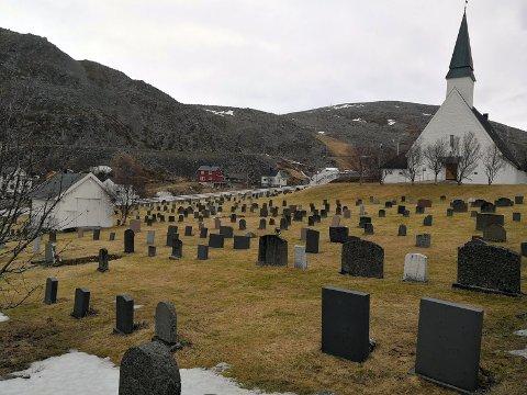 """Kirkegården i Kjøllefjord trenger en """"sjain"""" etter vinteren, og man håper at det er noen ungdommer som har lyst å tjene litt penger på å gjøre jobben."""