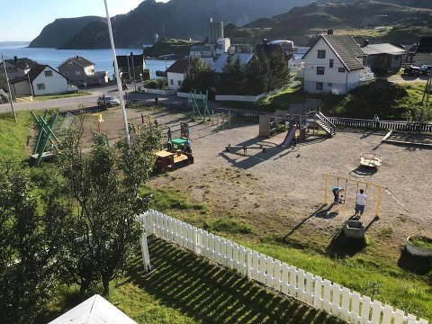 Lekeplassen i Storbukt er populær. Dette bildet er tatt under dugnaden i fjor sommer.