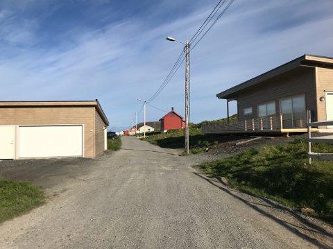 """Denne veien er spøkefullt døpt til """"Kristina Hansens aveny"""". Nå skal hullene i veibanen tettes."""