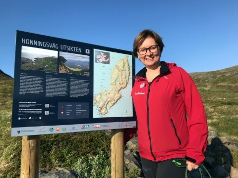Heidi Holmgren er leder i Nordkapp og Omegn Turlag. Det siste de frivillige i turlaget har gjort, er å sette opp slike informasjonstavler som du ser her.