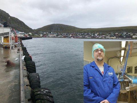 Raimo Sørensen, fabrikksjef for Lerøy as i Kjøllefjord ønsker seg bedre kaiforhold å tilby leverandørene. - Vi taper på at vi ikke har gode kaiforhold, sier han.