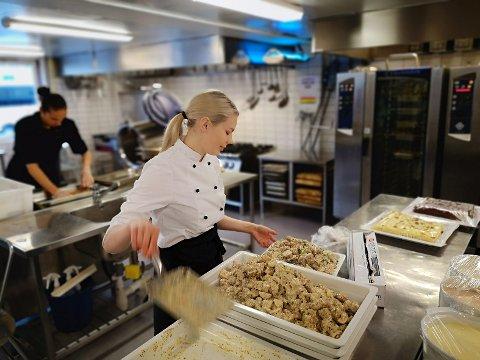 Mange kokker og servitører skal på plass i kveld for å mette 150 konferansedeltakere.