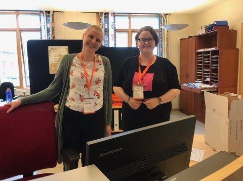 Valgfunksjonærene Ida M. Hansen og Mari J. Kallelid forteller om god stemning på servicekontoret før valget.