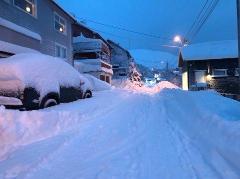 Det har kommet store mengder snø i natt, og til natta ventes det mer. Bildet er tatt i Øvergata i formiddag.