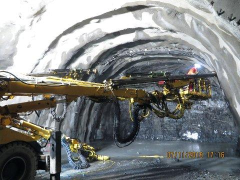 Her foretar man en såkalt injeksjon i tunnelen, for å bygge en barrière som hindrer vann å trenge inn i selve tunnelen via fjellet.